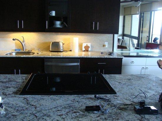 Kuhio Shores Condos: kitchen