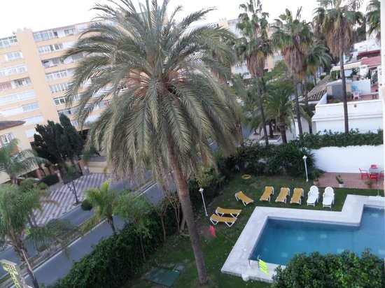 Arcos de Montemar: L'avenue Carlota de Alessandri et la piscine