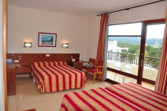 Intertur Hotel Hawaii Ibiza : habitacion y terraza