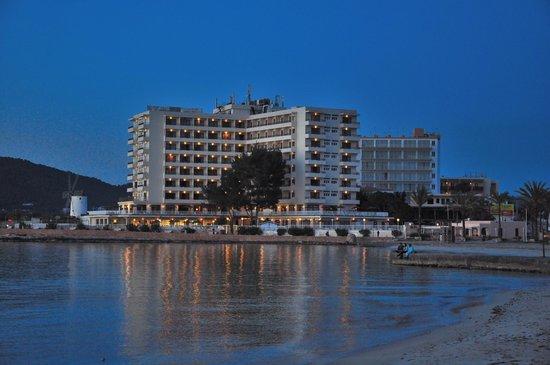 Intertur Hotel Hawaii Ibiza : vista nocturna desde la playa