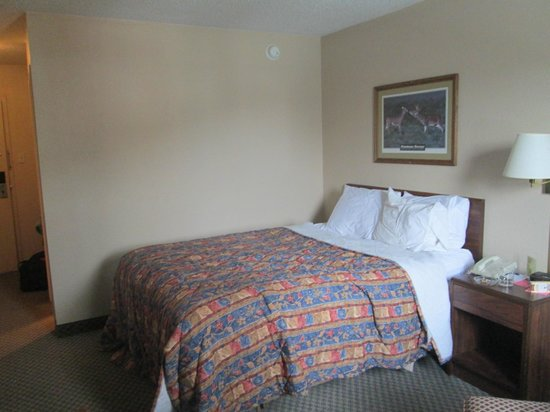 Days Inn Thermopolis: Queen size COMFORTABLE bed AFTER we had slept in it