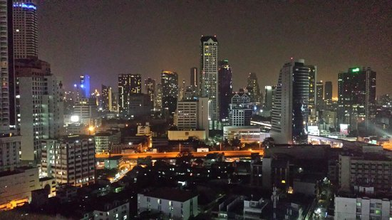 Centre Point Sukhumvit 10: Fantastic view from our room, Floor 21, at night!