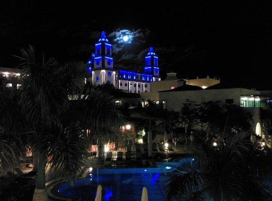 Lopesan Villa del Conde Resort & Corallium Thalasso: Das Rezeptionsgebäude am Abend