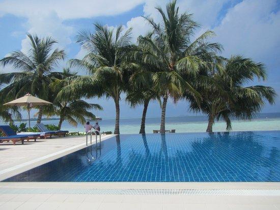 Vilamendhoo Island Resort & Spa : Piscina davanti al mare