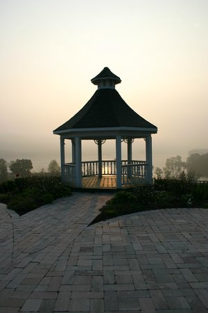 Whitestone Country Inn: Pavilion overlooking the lake