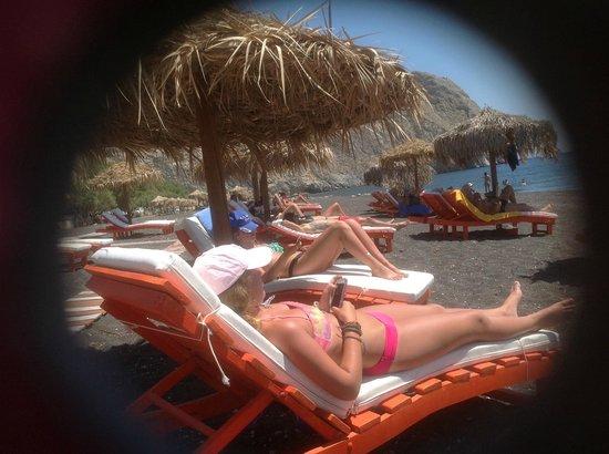 Perissa Beach : Wonderful comfy lounge chairs in abundance