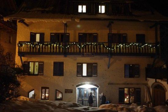 Hotel La Maison du Bez : Hotel at night