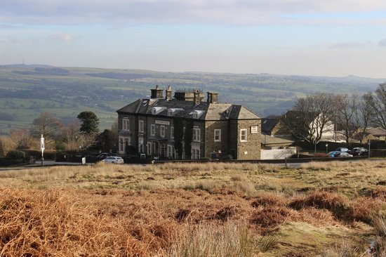 Innkeeper's Lodge Ilkley: Hotel from across the road