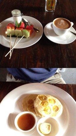 Alaya Resort Ubud: Breakfast: fruits, cappuccino, banana pancake