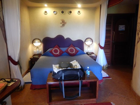 Amboseli Serena Safari Lodge: Bedroom, Good Lighting