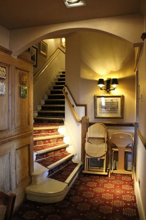 Innkeeper's Lodge Ilkley: Stairs leading up from dining room to guest rooms