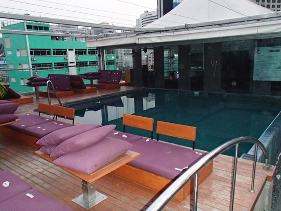 Galleria 10 Hotel Bangkok by Compass Hospitality : Pool area