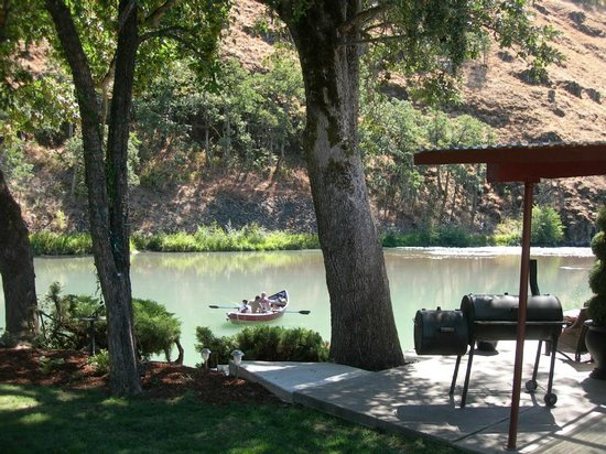 Klickitat River Front Inn: Veiw from manacured lawn