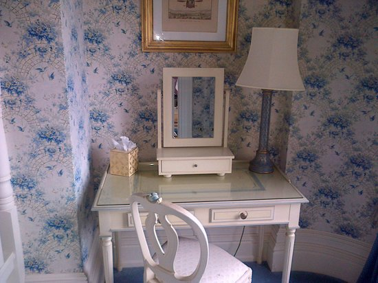 Kilworth House Hotel: Dressing table
