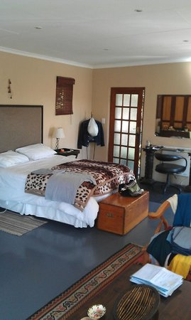 Moonflower Cottages: bed and desk area