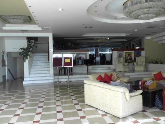 Capsis Astoria Heraklion Hotel : Inkom met achteraan de bar