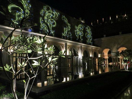 The Leela Palace Chennai: Cortile con vasca