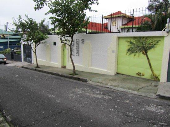 Hotel Casa 69: Hotel from street