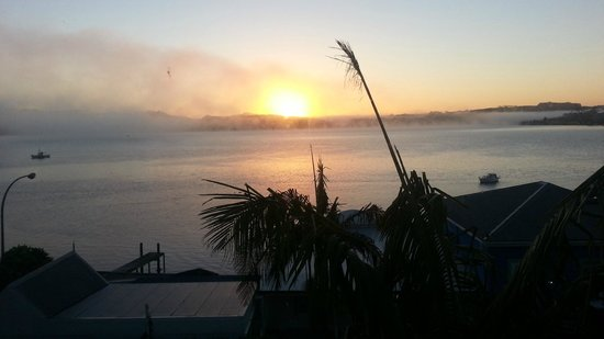 Mangonui Waterfront Apartments: Sunrise from our room at the Mangonui Waterfront Motel