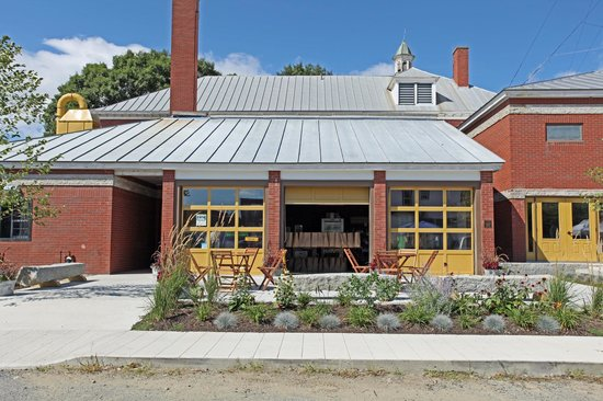 The Pickup Cafe : Gorgeous outside seating for any warm summer day!