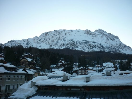 Victoria Parc Hotel: Early morning view of Cortina and mountains