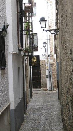 Hotel Casa 1800 Granada: The narrow alley where the front door is.
