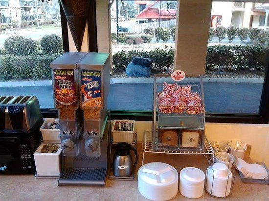 Super 8 Downtown Gatlinburg at the Convention Center: Cold Breakfast Items