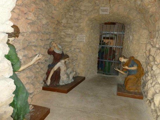 Bergkirche : Figuren im Berg