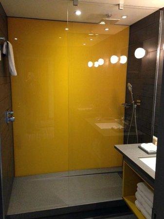 Pullman London St Pancras Hotel : bathroom with rain shower