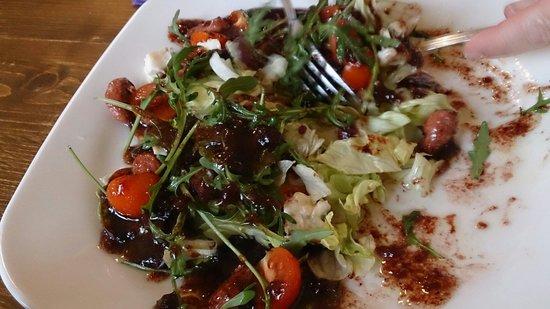 La Sella : Ensalada con tomates cherris, lechuga, mermelada de arándanos, etc.