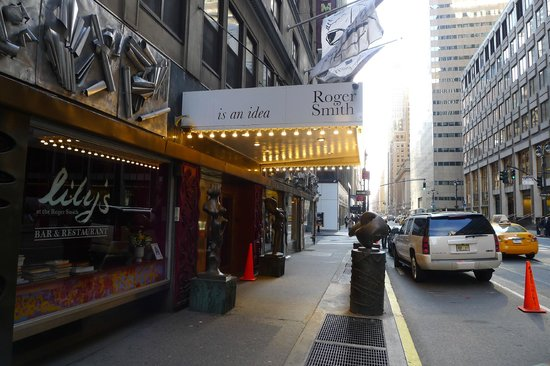 Roger Smith Hotel : The entrance from Lexington Ave