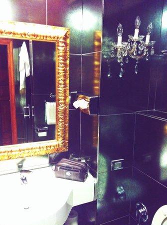 Boutique Hotel Campo de Fiori: Stylish bathroom in Room 504