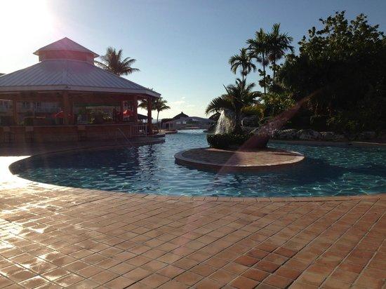 Island Seas Resort: Pool and Bar Area walking to the beach