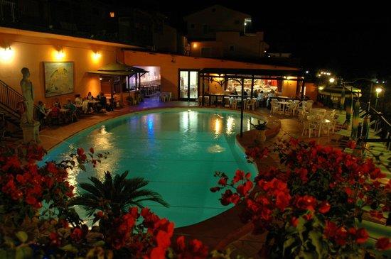 Orizzonte Blu di Tropea Hotel: бассейн ночью