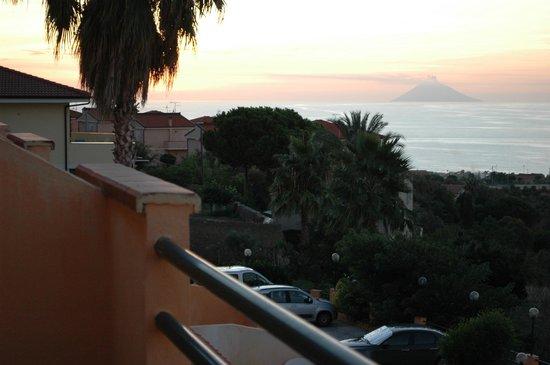 Orizzonte Blu di Tropea Hotel: вид с террасы на Стромболи