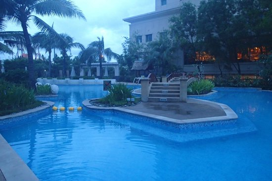 Radisson Blu Cebu : early morning, the swimming pool at the back of the hotel