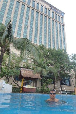 Radisson Blu Cebu : taken from the back in the swimming pool