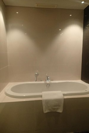 Radisson Blu Cebu: bath tub of the Deluxe room