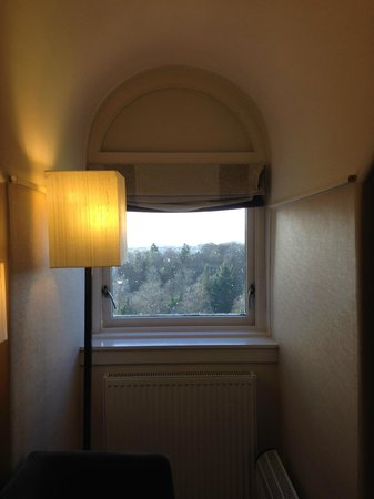 Doubletree by Hilton, Dunblane-Hydro : Only one small window in room