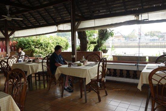 Galare Guest House: La terrasse-restaurant, au bord de l'eau.