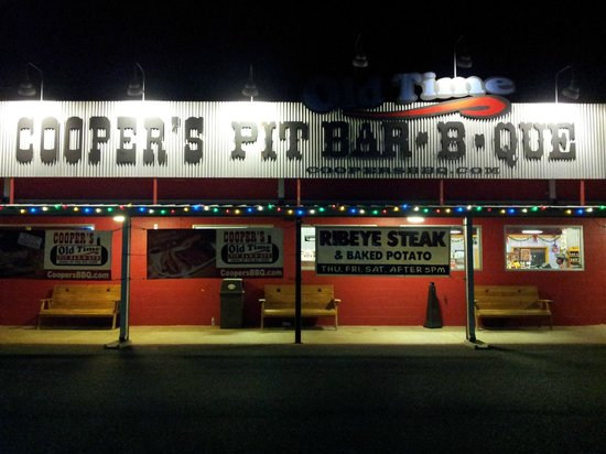 Cooper's Old Time Pit Bar-B-Que: Cooper's Pit Bbq dal parcheggio