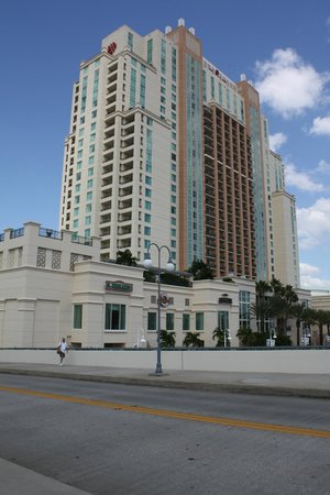 Tampa Marriott Waterside Hotel & Marina: View from street