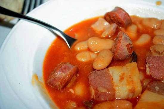 Casa Poli: Chorizo cortado antes de cocinar, tipico de los precocinados.