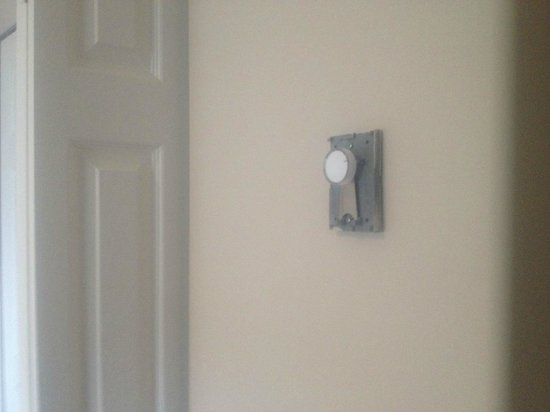 Foxglove Inn and Gardens: Thermostat cover missing