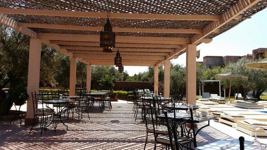La Maison des Oliviers: Restaurant extérieur pour le midi côté piscine