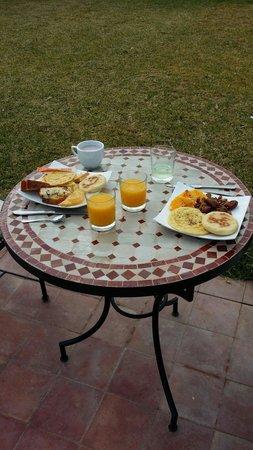 La Maison des Oliviers: Petit déjeuner au soleil (buffet)