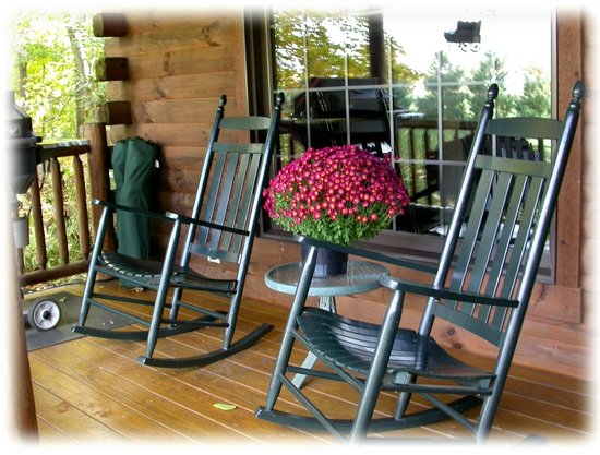 Cricket Hill Cabins: Front porch of Apple Blossom cabin