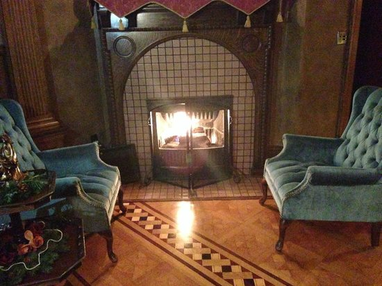 Gibson Mansion Bed and Breakfast: Fireplace