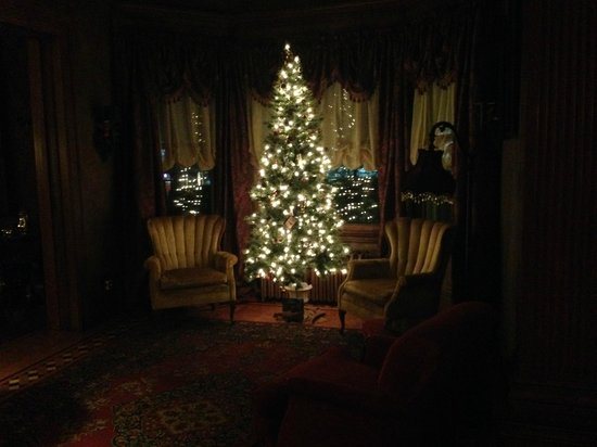 Gibson Mansion Bed and Breakfast: Sitting Area with Christmas Tree!
