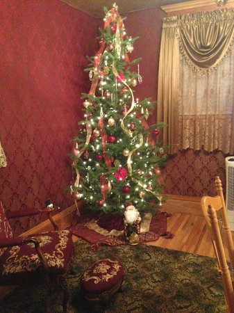 Gibson Mansion Bed and Breakfast: Christmas Tree in the Dining Room